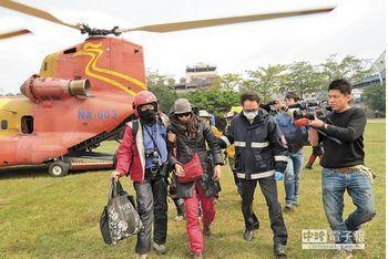 跨年夜登雪山的张芸茜(中)1月4日早搭乘直升机下山。