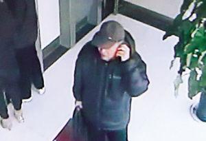 银行锁门未劝住的老人他离开后在另一银行给骗子汇出40万 。