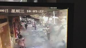 包子店老板的妹妹,被炸飞到空中。