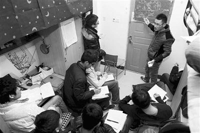 中国矿业大学南湖校区一间男生宿舍,薛道路正在为同学们补习专业课。