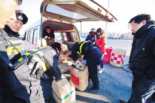 9日下午,在沈阳市北李官收费站前,北李官警务工作站警务人员正在检查过往车辆。