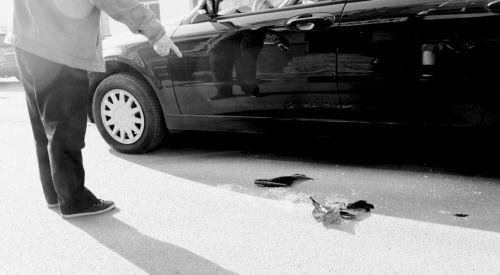 少年作案用的砖头以及被砸车的玻璃