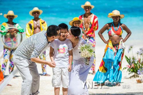 陈建斌蒋勤勤拥吻宝贝儿子。