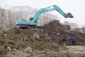 工地内的挖掘机施工作业时挖断煤气管道造成泄漏。记者 刘海臣 摄
