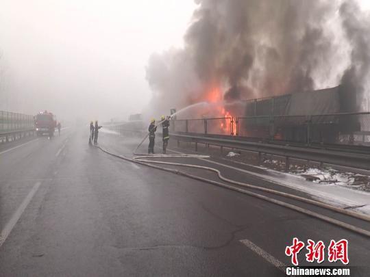 京沈高速事故追尾抢险现场。