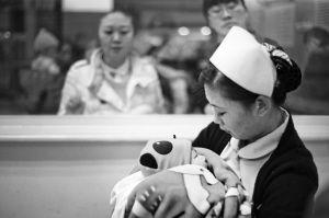 孩子暂由医护人员代为照顾