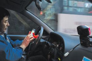 1月15日,崇山路,出租车司机宋师傅在将乘客送到目的地后,成功用手机接到另一单活。