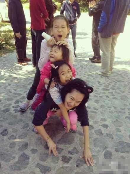 小S与三女儿欢乐叠罗汉。
