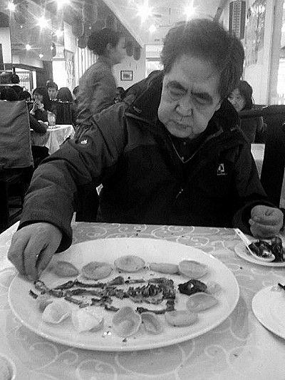 """正是""""吃鸡摆人骨""""的照片,让王迅在网上爆红。"""