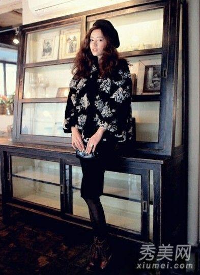 时尚黑色铅笔裙搭配花色外套
