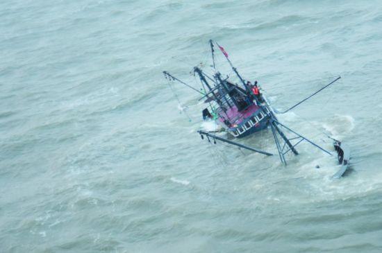 大连直升机火速救援助船员脱险。