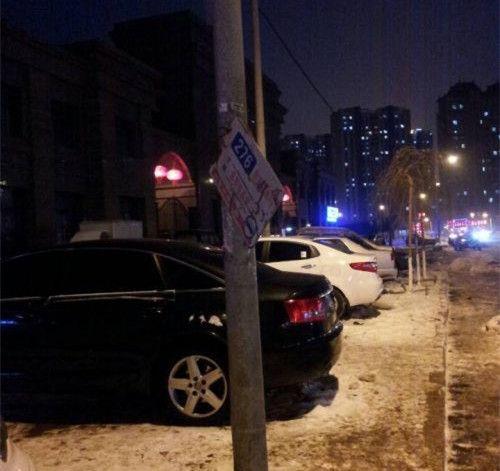 长春276路公交车站牌竟绑在电线杆上太寒酸。