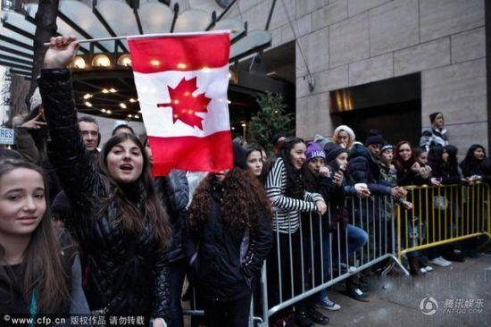 比伯粉丝举着加拿大的国旗表示永远支持偶像