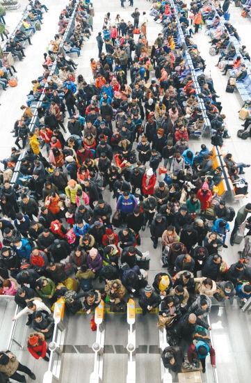 2月5日,沈阳站、沈阳北站迎来春节后返程客流高峰。 记者 张文魁、杨新跃 摄