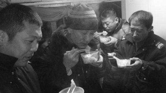坚守在公交线上的驾驶员们,除夕夜里吃上了公司特别为他们准备的饺子。图片由受访者提供