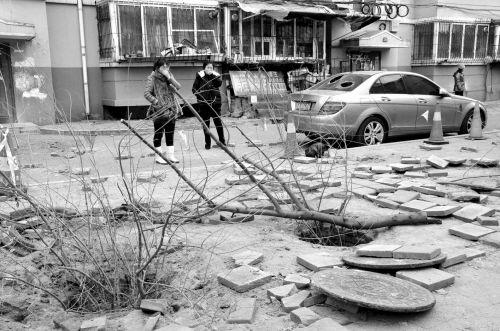 孩子掉落的化粪池处如今被人用树枝盖上
