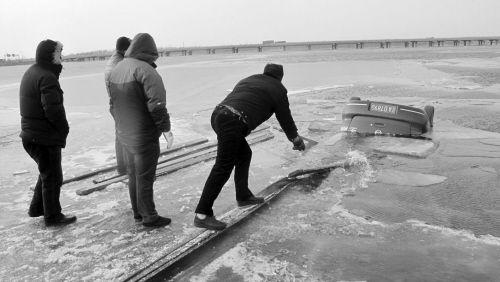 2月7日14时半,司机驾车在冰面玩漂移,连人带车坠入丁香湖。