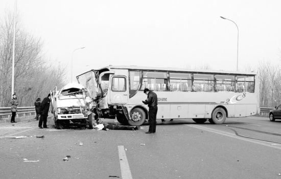 大客车撞到小货车后,小货车司机死亡,大客车上多人受伤