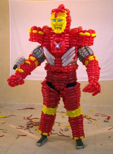 """杰夫的艺术作品:用500只气球制作的""""钢铁侠""""盔甲"""