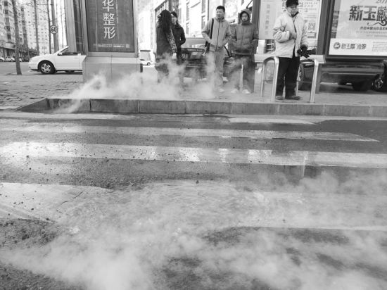 民主广场707路车站附近,一热力井冒出沸水