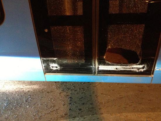 电车车门被撞碎