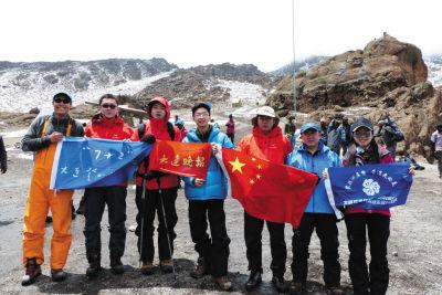 队员冲顶后返回4700米后拍照留念。大刘提供