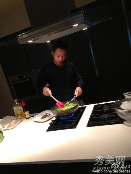 汪小菲下厨准备爱心餐。