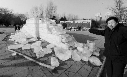 劳动公园内的冰雪雕塑由于游客不爱惜而损毁严重,可能挺不过正月十五了