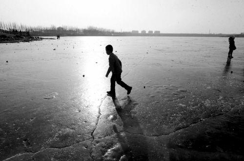 丁香湖冰面有孩子在嬉戏