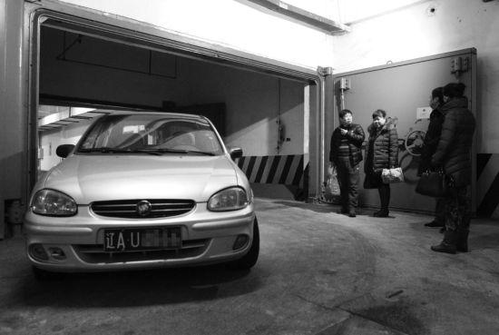 昨日上午,在铁西区宏久家园的地下车库,一位业主因与物业发生矛盾,把车停在了车库出口,使车辆只能从另一个口进出。北国网、辽沈晚报记者 曲值 摄