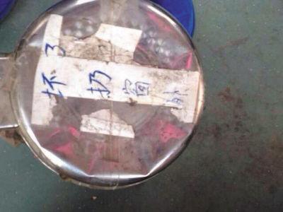 """垃圾桶盖上贴着纸条,上写""""坏了扔窗外"""""""