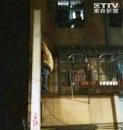 少年为见干妈多次爬墙/图自台湾东森新闻