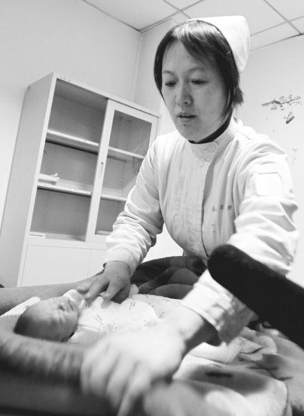 昨日上午,刚刚出生几天就被遗弃的女婴在中国医科大学附属盛京医院接受检查