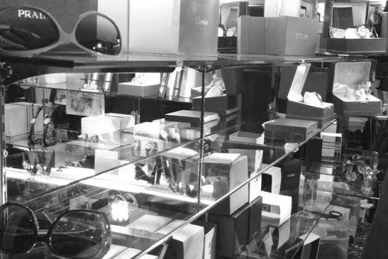 昨日中午12时许,在沈阳时尚地下商业街,出售手表的柜台并没有特定聚集的区域,而是分散在化妆品、服装、小百等档口中间。北国网、辽沈晚报记者 姜旭 摄
