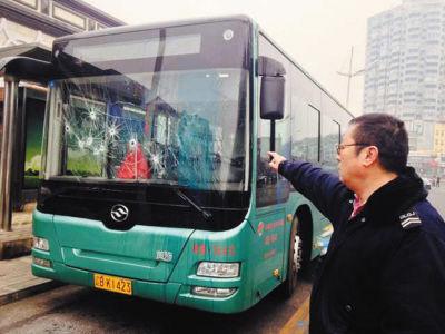 尼师傅看着被砸的公交车很无奈。