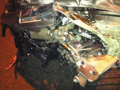这辆市价近百万元的辉腾车车头残破、左前轮变形。