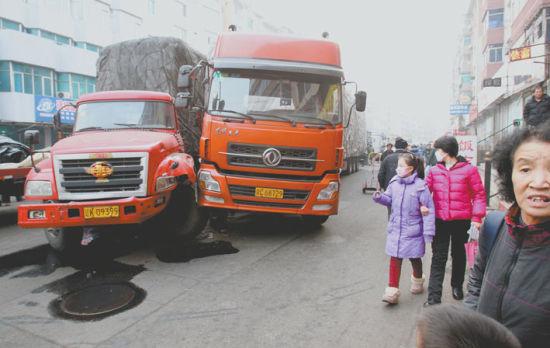 ▲昨日下午,沈阳市南翰林路,肇事的红色货车(左)造成三车顶牛后,最后和一辆橘色货车相撞。