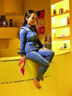 马佳佳在自己的店里摆出造型,供一位前来采访的杂志记者拍照。