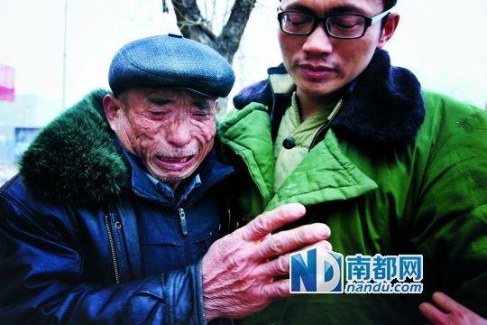 父亲杨为华抱着走出看守所的杨波涛老泪纵横