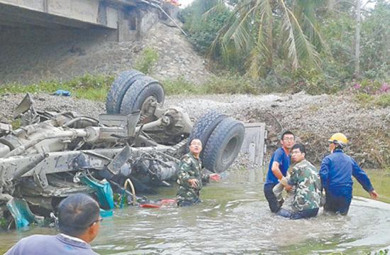 20日海南三亚一辆重型卡车翻进河中,司机被困。沈阳农业大学学生高奇(右二)和宫殿凯(右三)跳进河中救人。学生供图