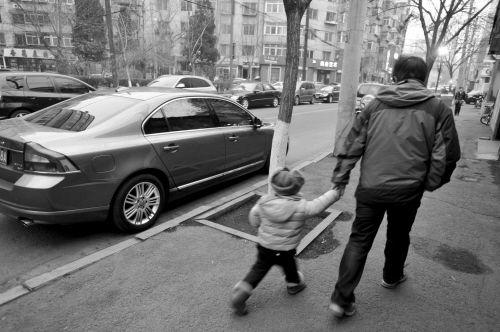 """市人大代表建议:学校附近应建立""""限时、限地""""的临时停车模式。"""