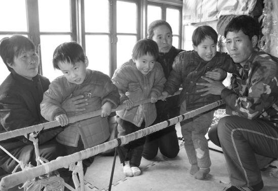 昨日,王克营与王红和三胞胎在一起。 北国网、辽沈晚报驻葫芦岛记者 冯玉兴 摄