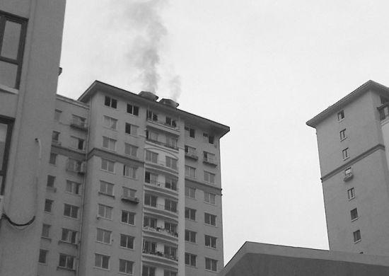 5个小时后,着火的楼层还在往外冒烟。北国网、辽沈晚报记者 金松 摄