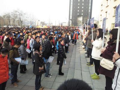 考试前,考生们在大工研教楼前集合。