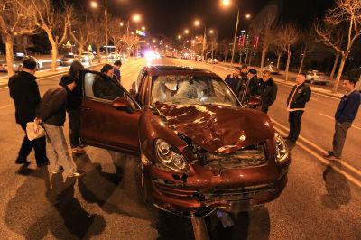看到这个车损,谁能想到这是撞行人造成的。