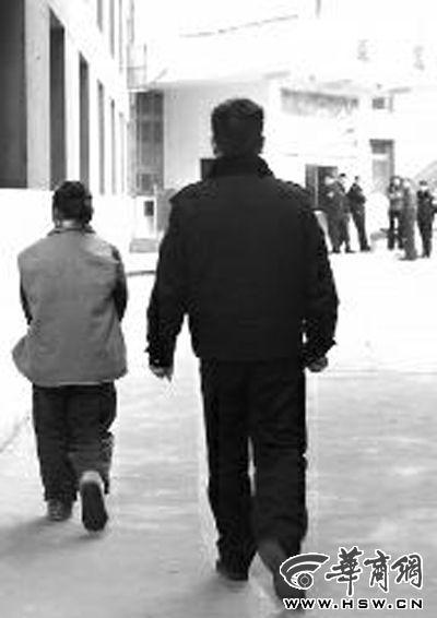 昨日下午,安康市公安局汉滨分局看守所管教将王某带出调查