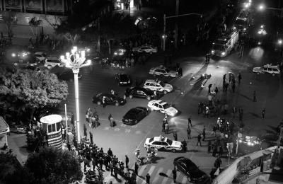 3月1日晚,大量警力在昆明火车站外封锁现场。新华社发