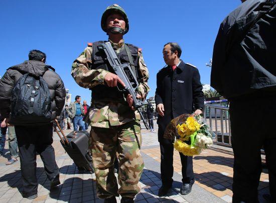2014年3月2日,昆明火车站,有市民到火车站献花。