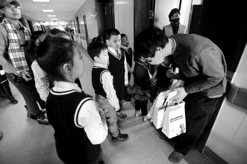 宁宁的爸爸向孩子们鞠躬致谢。