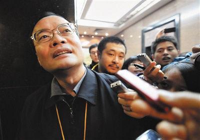 东莞市长被记者围堵。选自《新京报》